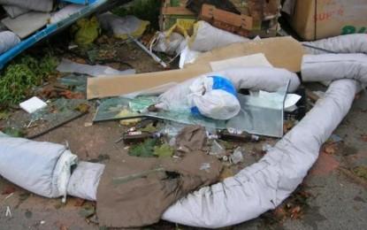 Abbandonano rifiuti pericolosi lungo Valle Anzuca, arriva la sanzione dei vigili urbani