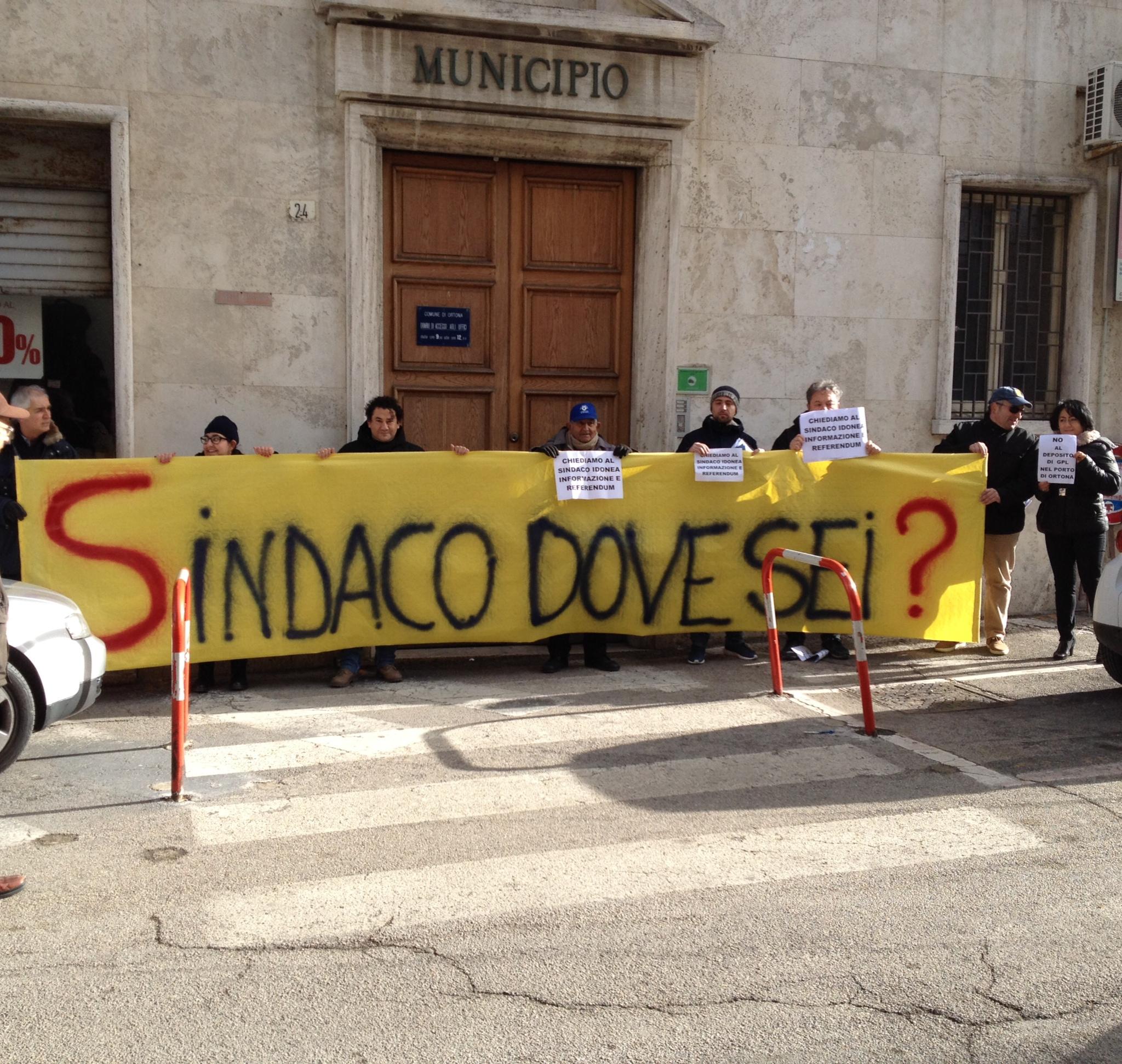 """Ortona, il Movimento 5 Stelle dice """"no"""" al GPL davanti al Comune. D'Ottavio assente."""