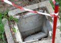 Tombino rotto nel giardino della scuola, il Comune non lo ripara