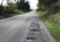 Provinciale Santa Cecilia, una strada tra buche, erbacce e assenza di segnaletica