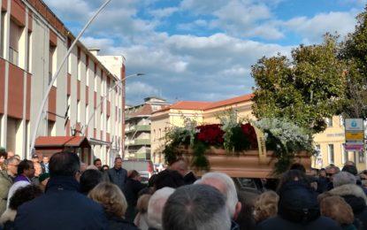 Una folla commossa per l'ultimo saluto a Franco D'Adamo