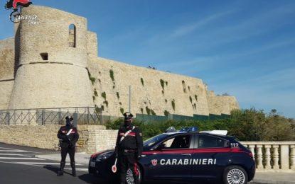 Non si fermano all'alt dei carabinieri: scatta l'inseguimento